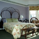 Large room w/queen bed, bay windows