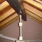 atado con alambre y torcido colgando del techo