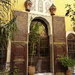 Une magnifique porte ancienne dans le patio