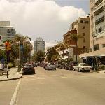 Vista de la calle en la que esta ubicado el hotel