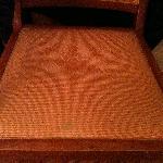 Chaise tachée et sale