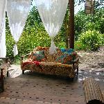 Salon de la pousada ouvert sur le jardin