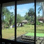 fenetre du cottage qui donne sur le site du resort (pas de vue sur la mer)