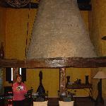 Antigua cocina monacal con chimenea troncocónica tradicional