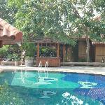 piscina....con le vecchie sedie ammucchiate dietro!