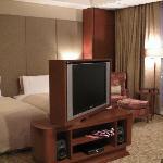 室内 部屋の真ん中に向きを変えられるテレビがあります