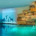 Das Schwimmbad im Hospiz Sport + Spa mit einer Videoinstallation der Hospiz Galerie