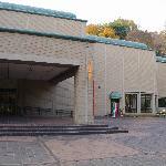 美術館の建物の入口です。右側に喫茶室「けやき」があります。