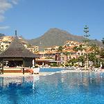 L'hôtel vu d'une des piscines (29696677)