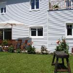 Jardin avec grande terrasse en bois