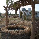 Azraq Palace Restaurant: der Ziehbrunnen von weitem