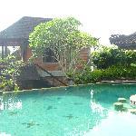 vu sur piscine et bungalow