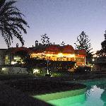 Blick über Pool zur Restaurantterasse bei Nacht