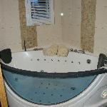 salle d'eau avec baignoire balneo