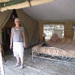 Zelteingang mit gemütlichem Bett im Hintergrund