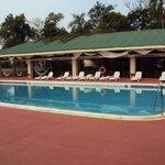 15.-Pto Iguazú Esturión Hotel& Lodge: piscina-solarium