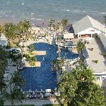 Blick auf Pool-Anlage und Strand