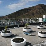 Sonnenterrasse mit Windschutz und Poolbar