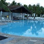 la piscine principale et son bar