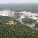 watervallen vanuit de helicopter