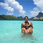 Disfrutando en el agua con mi esposa