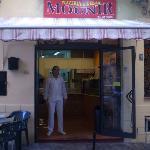 L'entrata della pizzeria & kebab Mounir