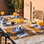 petit-déjeuner délicieux en terrasse