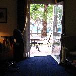 Vue d'une chambre du RC vers le jardin