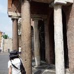 ぼろっちい。柱の長さも材質も違うし。