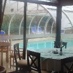 aSalón comedor a piscina