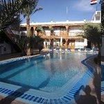 La piscine et les chambres autour