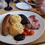 Un piatto di Full Irish Breakfast con uova strapazzate