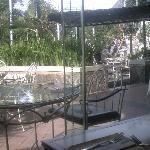 朝食レストランのテラス席ですが、暑いので誰もいません。