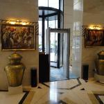 Le hall grandiose avec ses tableaux