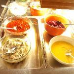 ユースホステルの朝食、ニシンの酢漬けです。右手前がマスタード風味。左奥がケチャップ味。