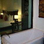 baño conectado por cristal a la habitación