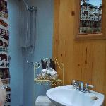Charming Sugar Pine Cabin - super clean shower bathroom