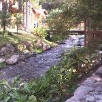 bonito río en la zona del desayuno