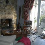Un coin chaleureux près de la cheminée.