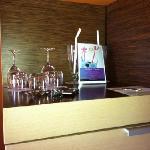 i bicchieri con varie ricette per i coctail del minibar