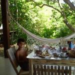 Terraza con comedor y hamaca