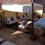 terrasse avec salon, jaccuzzi et tables pour manger