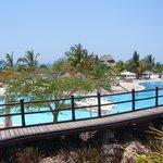 la piscina e una vista del mare