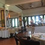 レストラン ベラ・シンガラジャ 中の席とテラス席から選べます。