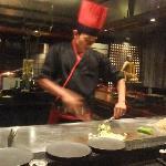 鉄板焼きレストラン矼 パフォーマンスを目の前で見ながら食べられるのが楽しい。