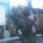 サムシャープの銅像・看板(奥は牢獄)