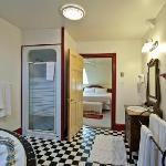Enjoy suite 2 whirlpool bath for 2