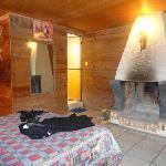vista de la chimenea en la cabaña