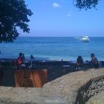 レストラン前のビーチ