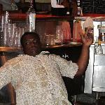 Andrew barman au Pub qui nous fait ses trucs